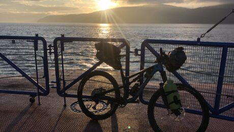 bikepacking au coucher de soleil